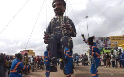 Le Géant d'Afrique arpente les rues qui transportent au MuCAT